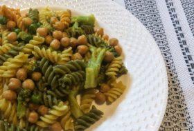 Makaron z groszkiem, ciecierzycą i brokułem