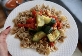 Makaron z ciecierzycą i warzywami