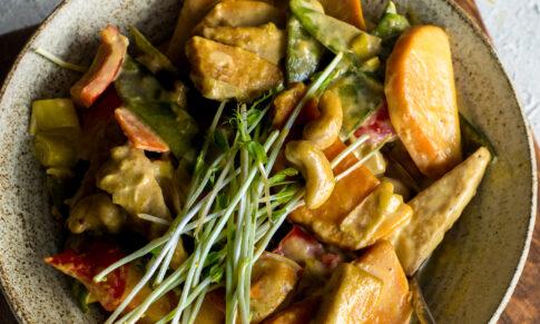 Tofu z warzywami i nerkowcami w sosie curry