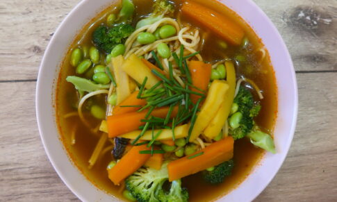 Rozgrzewająca zupa z różnymi dodatkami